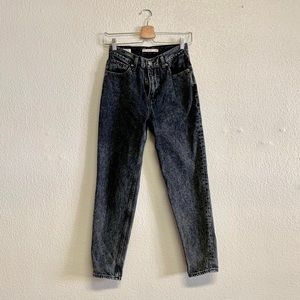 Levi's High Rise Mom Jeans in Faded Black